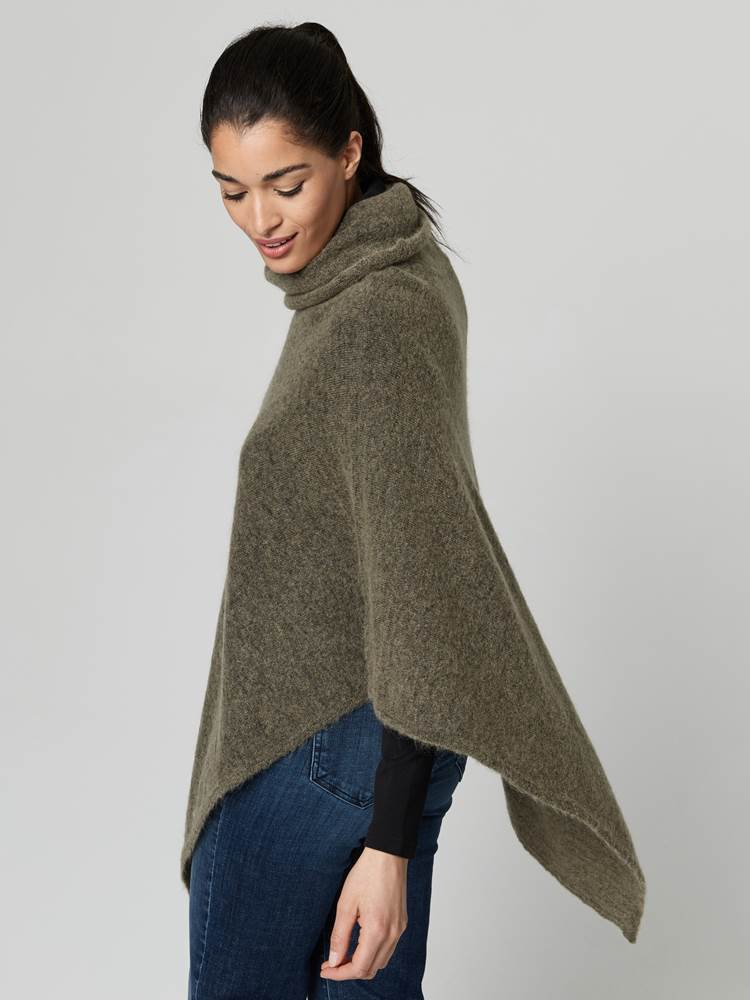 Lotty Poncho 7247430_AEI-JEANPAULFEMME-A21-Modell-front_47579_Lotty Poncho AEI.jpg_Front||Front